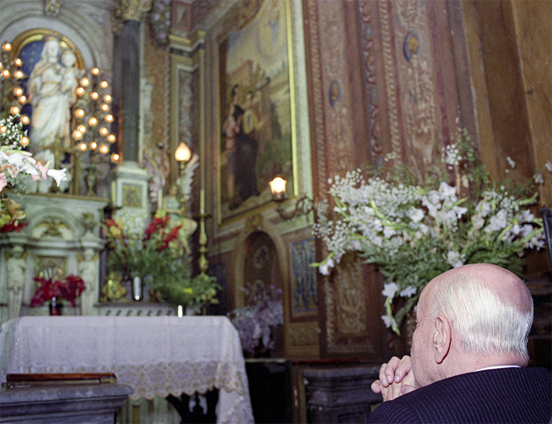 El Dr. Plinio reza ante la imagen de María Auxiliadora - Iglesia del Sagrado Corazón de Jesús, São Paulo, el 25/12/1989