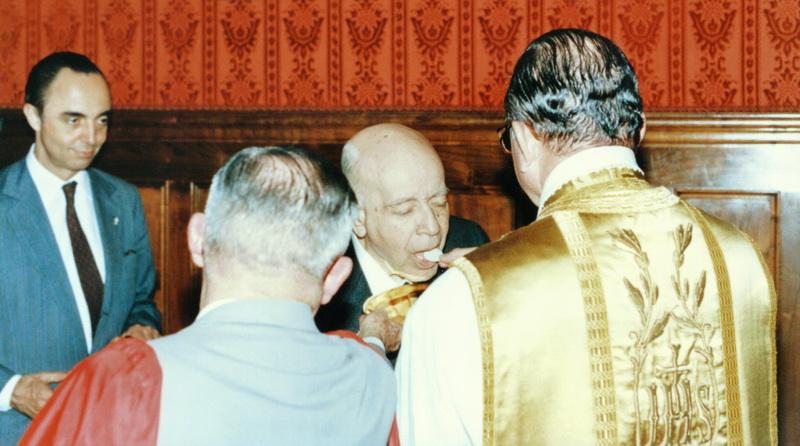El Dr. Plinio comulgando durante una Misa en la década de 1980, acompañado por Mons. João Scognamiglio Clá Dias, EP